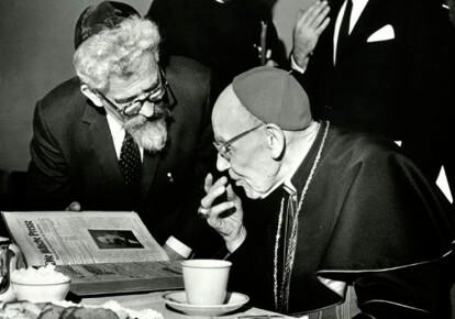 Раввин Авраам Хешель и кардинал Августин Беа обсуждают основные положения Nostra Аetate. Фото: jewishplaysproject.org
