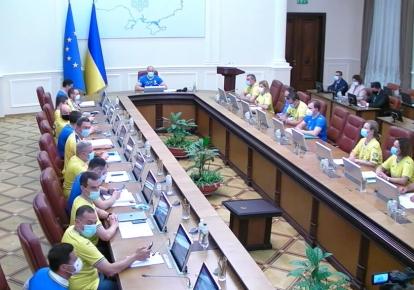 Засідання Кабміну проходить в синьо-жовтих кольорах — весь склад уряду в футболках збірної України з футболу