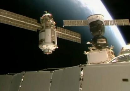 """Модуль """"Наука"""" приближается к космической станции, готовясь к стыковке / NASA"""