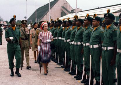 Королева Єлизавета II оглядає почесну варту після прибуття на Барбадос 31 жовтня 1977 р.