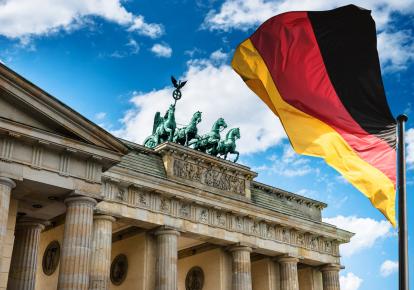 Флаг Германии перед Бранденбургскими воротами в Берлине