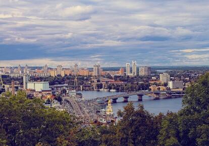 Затори утворилися на всіх мостах через Дніпро