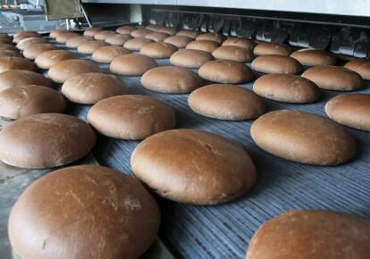 Свежий хлеб на производственной линии в пекарне