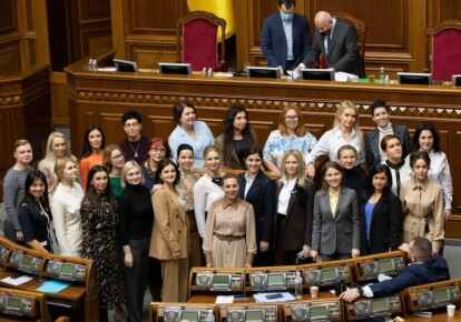 Народные депутаты возле трибуны Верховной Рады