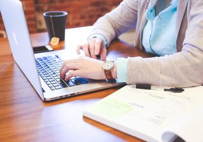 На 1 апреля количество актуальных вакансий в базе ведомства составляла 77 тыс.
