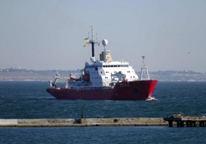 """Украинский ледокол """"Джеймс Кларк Росс"""" входит в порт Одессы, 5 октября 2021 г."""