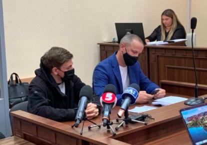 Підозрюваний та його адвокат під час судового засідання