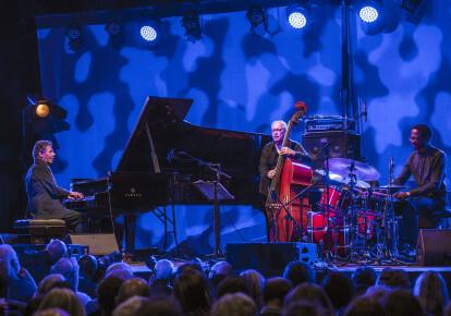 Чик Коріа, Едді Гомес і Брайан Блейд на джазовому фестивалі в Челтенхемі