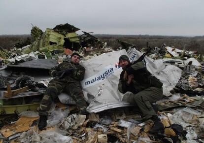 Российские боевики на фоне обломков сбитого самолета рейса МН17