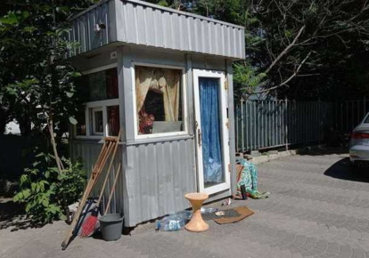 Будка, в которой живут бездомные