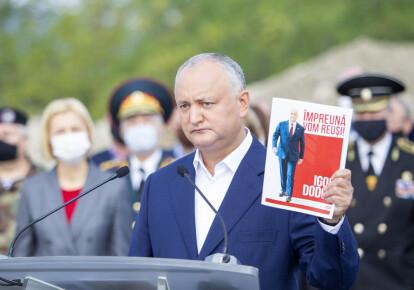 Виконуючий обов'язки президента Молдови Ігор Додон демонструє передвиборчу програму під час початку своєї виборчої кампанії