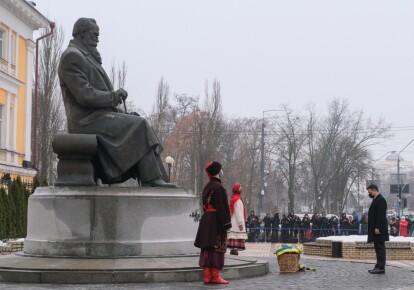 Зеленський у пам'ятника Грушевського