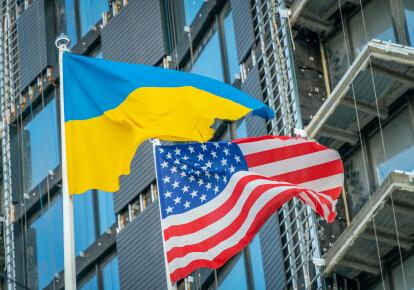 Національні прапори України і США