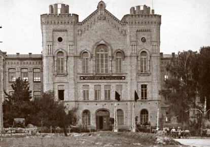 Фасад главного учебного корпуса бывшего Николаевского артиллерийского училища, в котором в октябре-ноябре 1918 года размещался Киевский государственный украинский университет. Фото 1924 года, когда в доме работала 4-я киевская артиллерийская школа