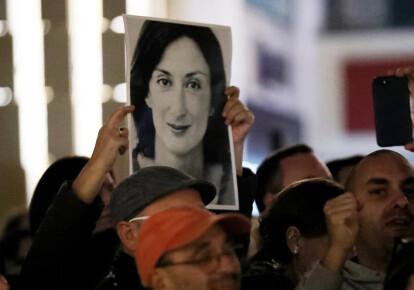 Демонстранты протестуют перед зданием Парламента Мальты