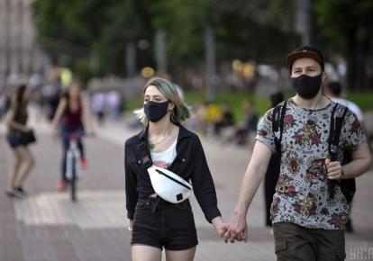 Прохожие в масках