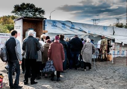 Очередь за гуманитарной помощью на оккупированном Донбассе. Фото: Роберто Малдено