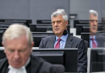 Бывший президент Косово Хашим Тачи ( справа ) со своим адвокатом Дэвидом Хупером в зале суда Трибунала по Косово в Гааге