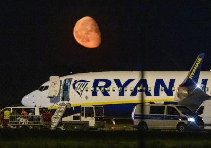 Федеральна поліція перевіряє літак після позапланової посадки літака Ryanair в столичному аеропорту Берліна BER