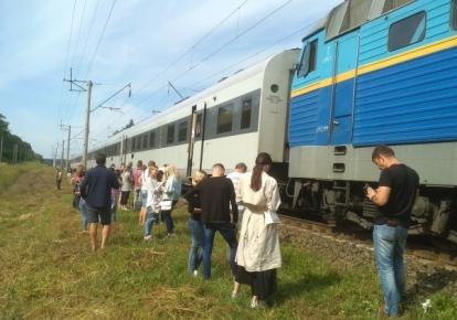 """Пасажири поїзда """"Інтерсіті"""" під час чергової поломки локомотива"""