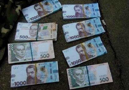 Мужчина обменял 20 тыс. долларов на сувенирные деньги