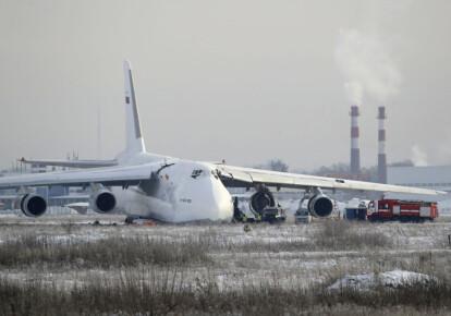 Важкий транспортний літак Ан-124 «Руслан», що належить авіакомпанії «Волга-Дніпро», перевіряють на предмет пошкоджень в аеропорту Новосибірська