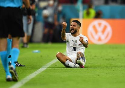 Инсинье празднует гол в ворота сборной Бельгии
