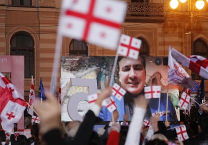 Михаил Саакашвили обращается с экрана к людям, принимающим участие в предвыборной акции оппозиции