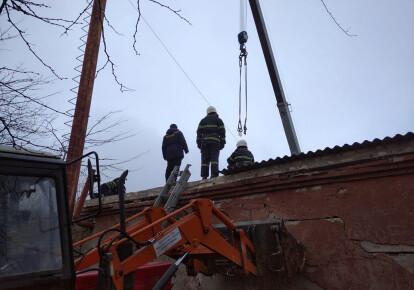 Из-под бетонной плиты с помощью автокрана вытащили 26-летнего мужчину