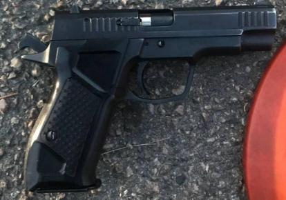 Полицейские проверяют законность получения разрешения на оружие