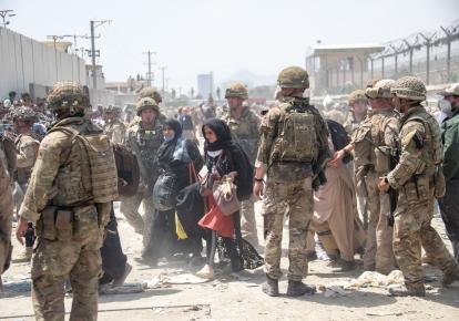 Американські та британські військовослужбовці допомагають евакуювати громадян Афганістану, які не бажають жити за талібів