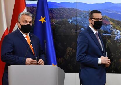 Прем'єр-міністр Угорщини Віктор Орбан і прем'єр-міністр Польщі Матеуш Моравецький під час дводенного саміту ЄС в Брюсселі 10 грудня 2020 р.