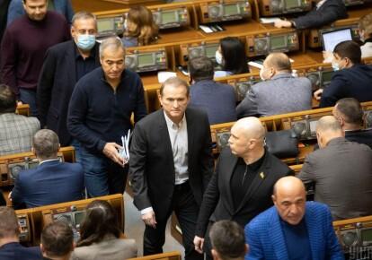 Виктор Медведчук ( в центре) на заседании Верховной Рады