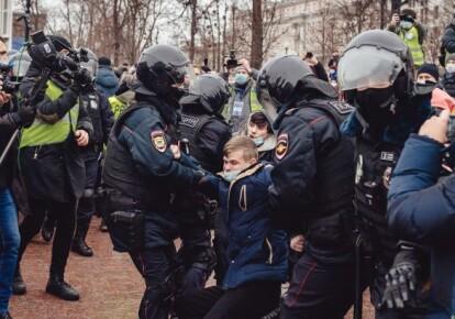 Полиция жестоко задерживает протестующих в центре Москвы