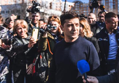 Володимир Зеленський в оточенні  журналістів