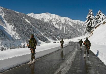 Солдаты индийской армии патрулируют территориию, граничащую с Китаем, 28 февраля 2021 г.
