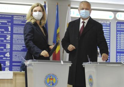 Президент Молдови Ігор Додон і його дружина Галина Додон проголосували на виборчій дільниці на президентських виборах 2020 року в Кишиневі, Молдова, 1 листопада 2020 року