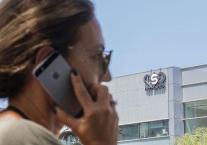 Pegasus взламывает смартфоны и айфоны на ОС Android и позволяет извлекать из них переписку владельца, медиа-файлы и даже незаметно включать их микрофоны и камеры