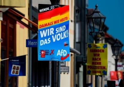 """На плакате предвыборной кампании крайне правой организации """"Альтернатива для Германии"""" (АдГ) написано: «Мы - народ!» в Бранденбурге, Восточная Германия, 2019 г., в преддверии выборов"""