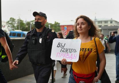 Одиночные пикеты в Москве закончились задержаниями