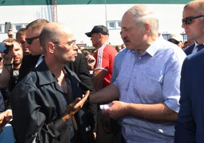 Александр Лукашенко разговаривает с рабочим во время посещения Минского завода колесных тягачей   / EPA/UPG