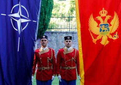 Почесна варта Чорногорії стоїть поруч з прапорами НАТО і Чорногорії