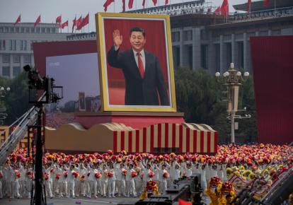 Гігантський портрет президента Китаю Сі Цзіньпіна на параді на честь 70-річчя заснування Китайської Народної Республіки, 2019 р.