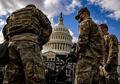 Солдатам Национальной гвардии Вирджинии возле здания Капитолия, Вашингтон