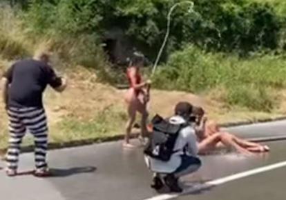 Фотосессия украинок на дороге