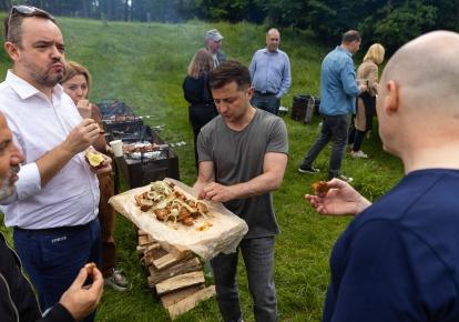 Володимир Зеленський з журналістами на пікніку