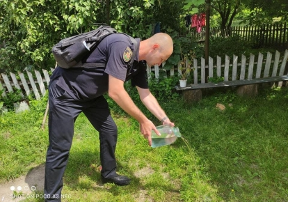 Коростенські поліцейські виливають самогон просто на траву
