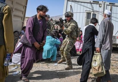 Солдат США направляє зброю в бік афганського пасажира в кабульському аеропорту 16 серпня 2021 р.