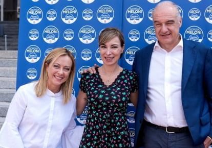 """Ракеле Муссолини (в центре) с лидером партии """"Братья Италии"""" Джорджией Мелони (слева) и кандидатом в мэры Рима Энрико Микетти (справа)."""