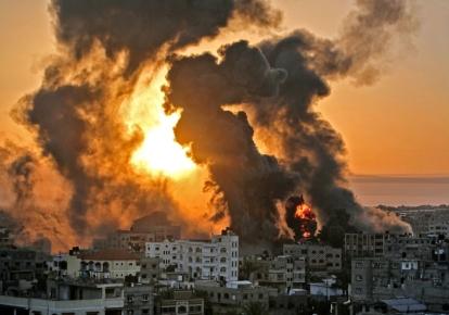 Пожар в южной части сектора Газа после израильского авиаудара, май 2021 года